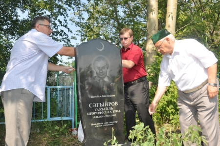 Надгробная плита на могиле Гакиля Сагирова
