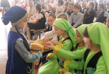 Учащиеся школы №76 г. Ульяновска угощают  других учащихся чак-чаком