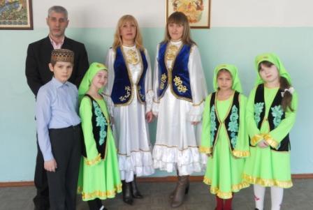 Учащиеся, преподаватели школы №76 г. Ульяновска и член Общественной палаты Ульяновской области Жемель Хайруллов