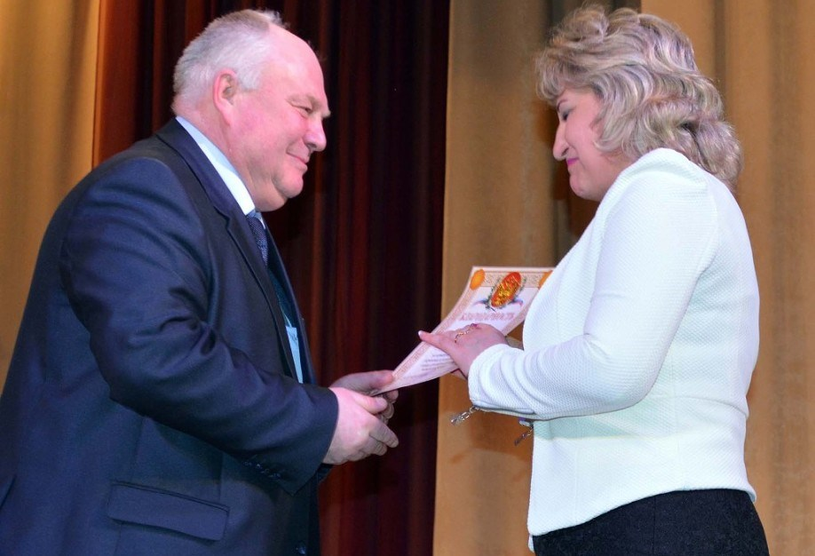 Глава администрации Чердаклинского района Юрий Пузраков вручает грамоту