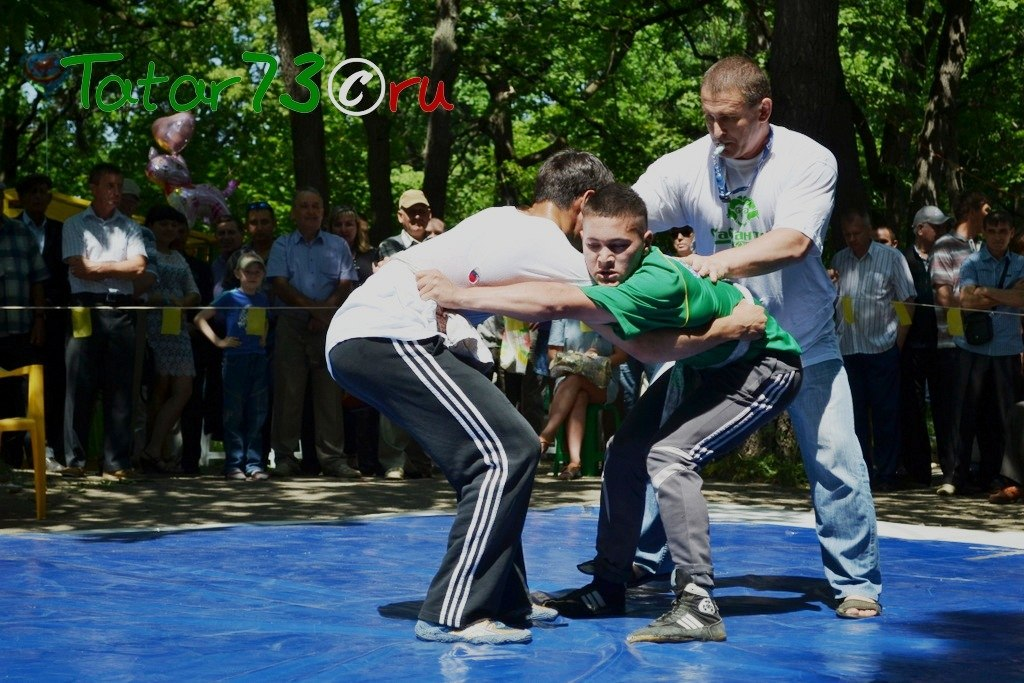 Состязания по татарской национальной борьбе коряш на Сабантуе в Железнодорожном районе Ульяновска. Парк