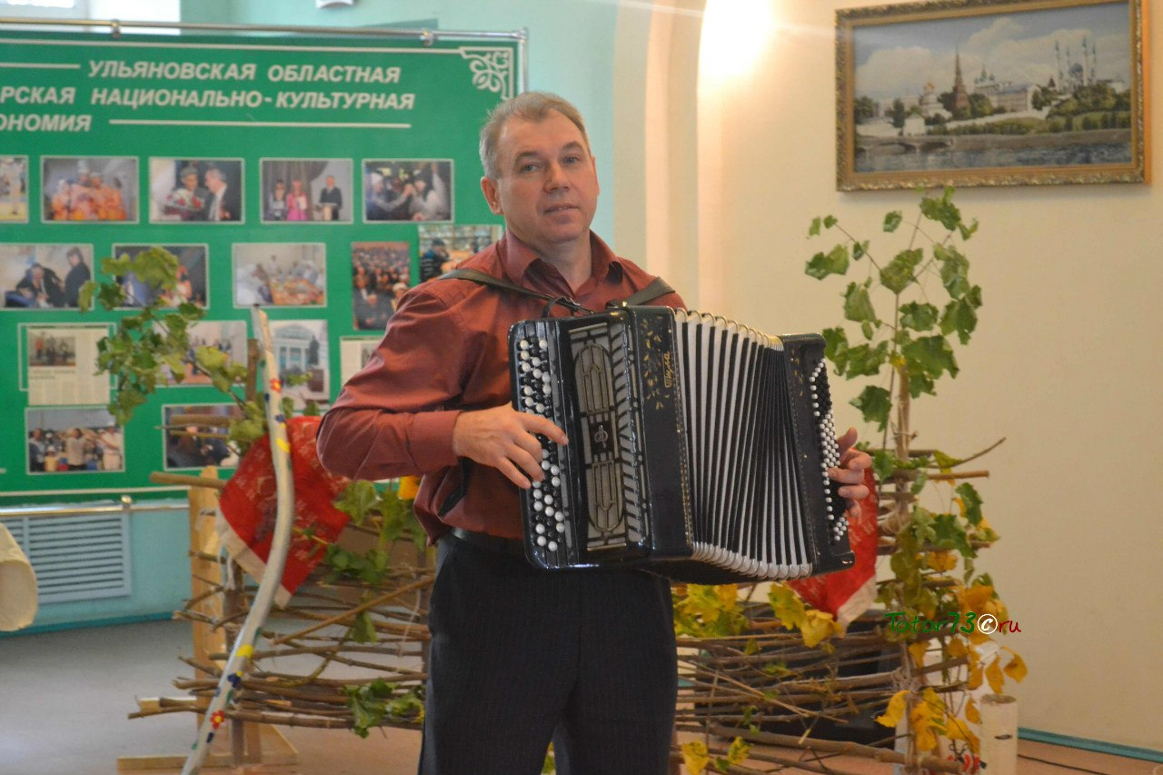 Гармонист  Ульяновского Центре татарской культуры Рафаэль Мустафин