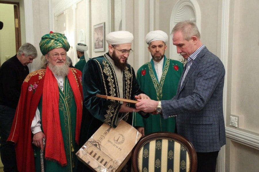 Председатель Духовного управления мусульман Татарстана Камиль Самигуллин вручает подарок губернатору Сергею Морозову